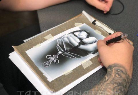 Эскиз тату крест в руке черно-белое