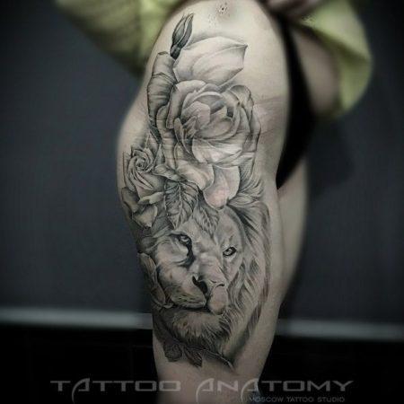 Тату у девушки на бедре - лев и роза