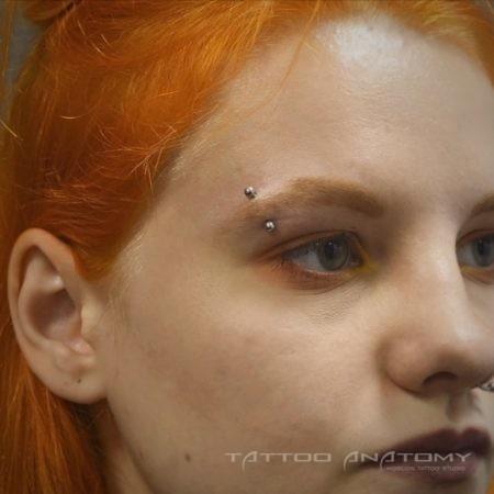 Девушка с пирсингом брови