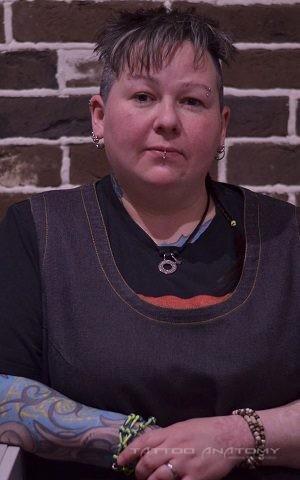 женщина татуировщик пирсинг мастер