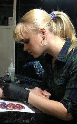девушка татуировщик мастер