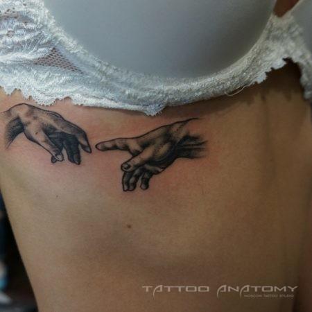 Женское мини-тату Сотворение Адама в стиле Black&Gray