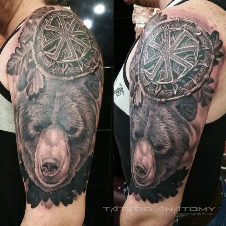 Медведь с коловратом на плече у мужчины