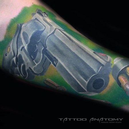 Фото тату на предплечье мужчины - револьвер в стиле нео-традишнл