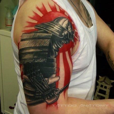Японское тату на плече мужчины - самурай