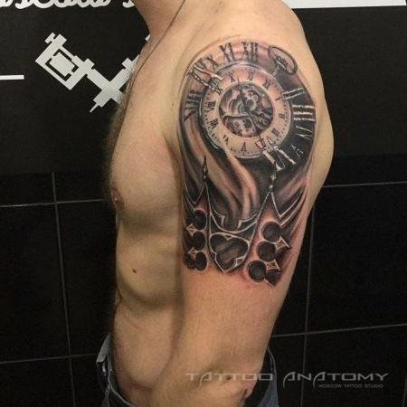 Часы в стиле стимпанк - тату на плече мужчины
