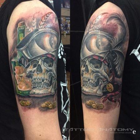 Череп пирата - тату в стиле реализм на плече мужчины