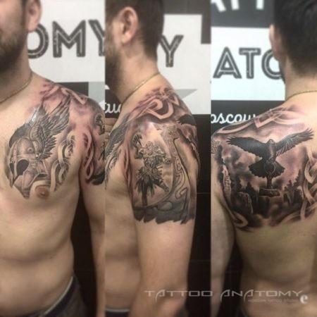 Чёрно-белое тату на плече и груди мужчины в стиле реализм