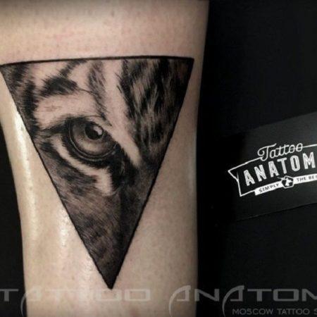 Чёрно-белое тату глаз тигра в треугольнике