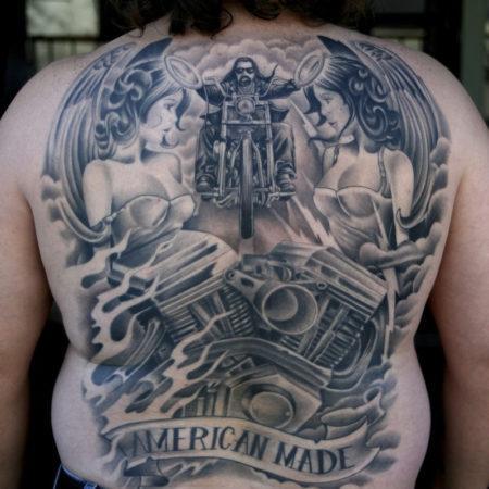 Мужское тату в байкерском стиле мотоцикл на спине