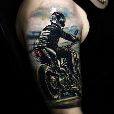 Мужское тату в байкерском стиле мотоцикл на плече