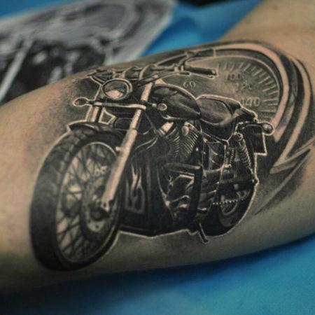 Мужское тату в байкерском стиле мотоцикл на руке
