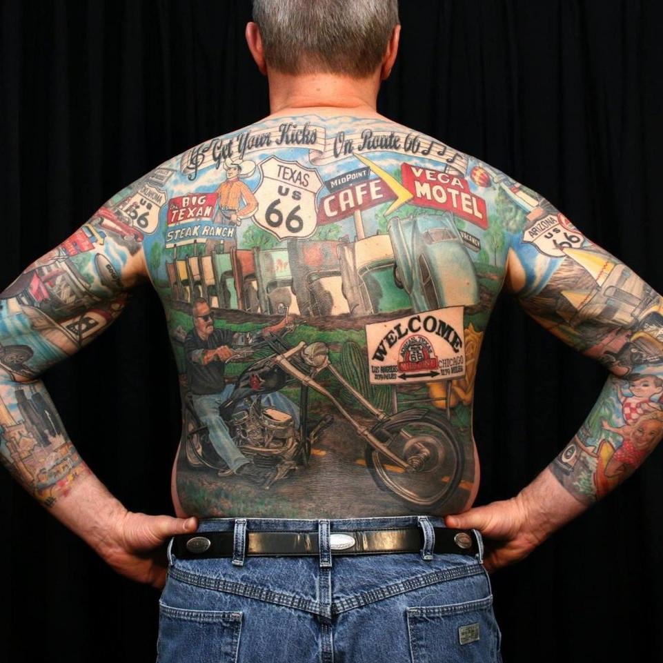 Мужское тату в байкерском стиле мотоцикл на спине рукав
