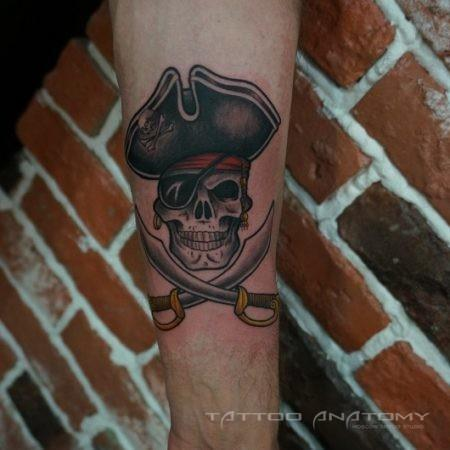 тату в стиле ньюскул на руке пират