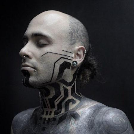 Мужское тату в стиле кибер панк на шее