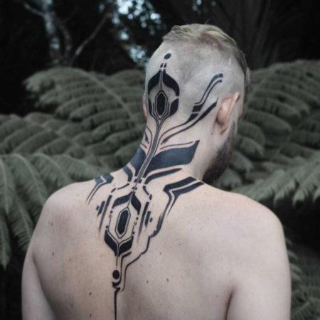 Мужское тату в стиле кибер панк на голове