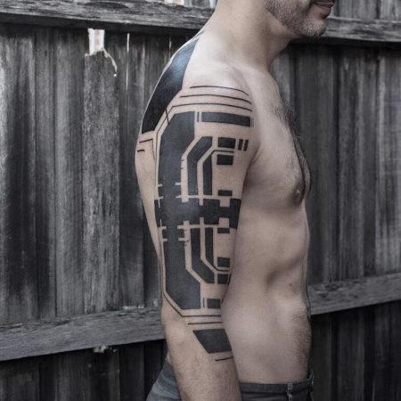 Мужское тату в стиле кибер панк на плече