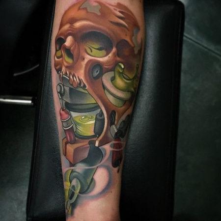 Мужское тату в стиле нью скул череп на ноге