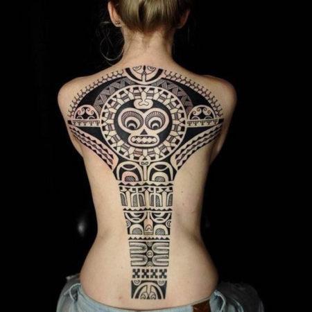 Женское тату в стиле маори на спине