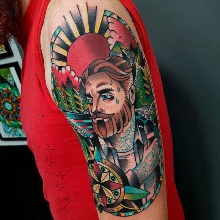 тату стиле Олд Скул на руке мужчина и солнце