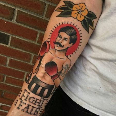 тату стиле Олд Скул на руке мужчина боксер