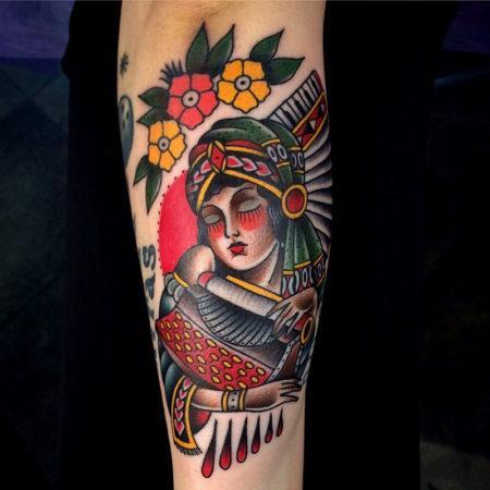 тату стиле Олд Скул на руке женщина