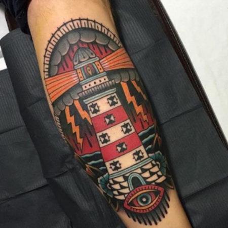 тату стиле Олд Скул на руке маяк и глаз