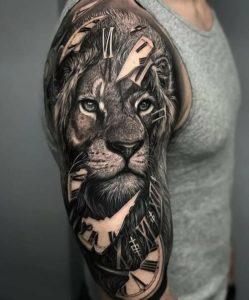 Мужская тату на плече в стиле реализм лев
