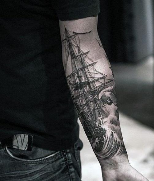 Мужская тату на предплечье черно белое корабль в стиле олдскул