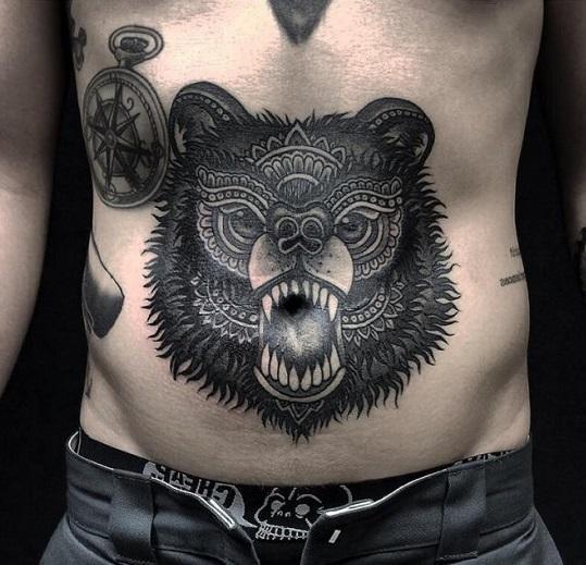 Мужские тату на животе медведь компас черно белое