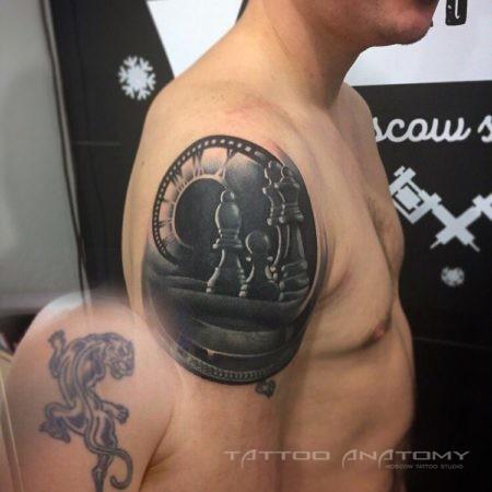 Перекрытие тату мужское на плече в стиле стимпанк шахматы