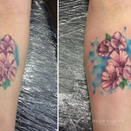 Реставрация тату цветы на запястье цветное в стиле акварель