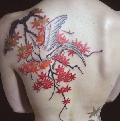 Тату женское цветное аист на спине