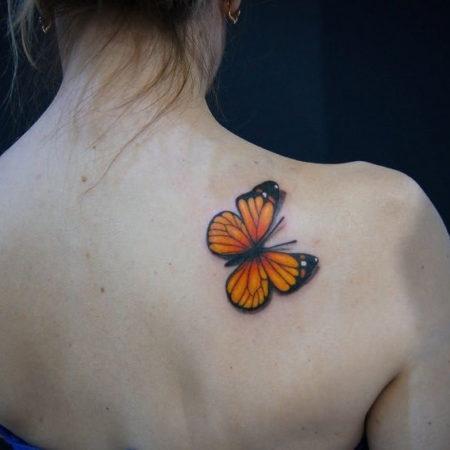 Женское тату в стиле 3D на лопатке бабочка