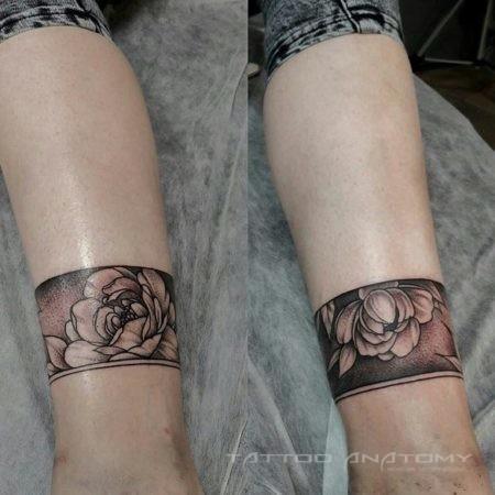 Женское тату на ногах в стиле Black&Gray браслеты