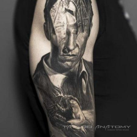 Мужское тату на плече в стиле Black&Gray из сериала true detective