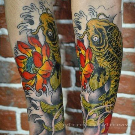Мужское тату в китайском стиле карп с цветком на предплечье