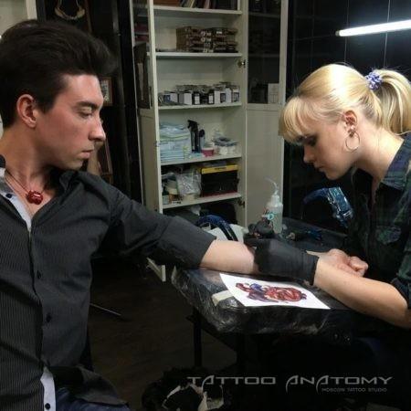 Процесс создания татуировки Тату мастер работает тату машинкой