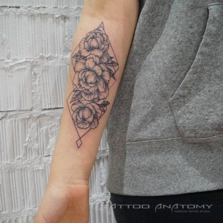 Женское тату в стиле Linework на предплечье цветы