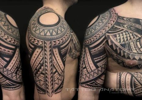 Мужское тату на плече в полинезийском стиле