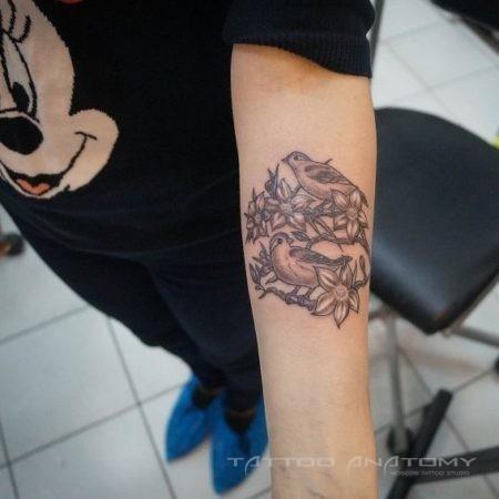 Женское тату в стиле Black&Gray на предплечье