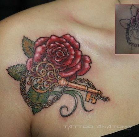 Тату женское цветное на ключице реставрация роза и ключ