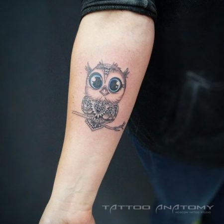 Женское тату в стиле Linework на предплечье сова