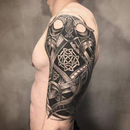 Мужское тату в кельтском стиле на плече