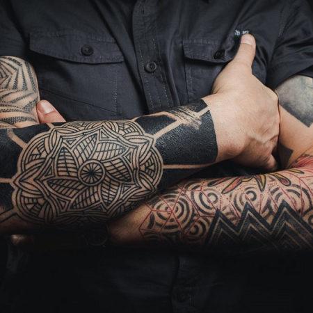 тату мужское в стиле блекворк на руках узоры