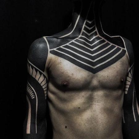 тату мужское в стиле блекворк на груди и руках узоры
