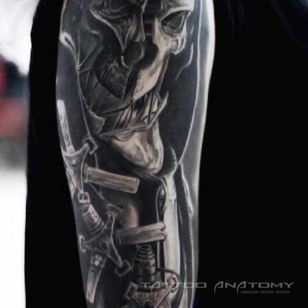 Мужское тату на плече в стиле dark-horror