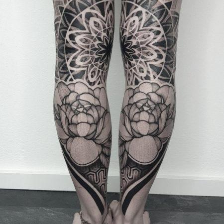 Женское тату в стиле геометрия на ногах