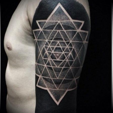 Мужское тату в стиле геометрия на плече