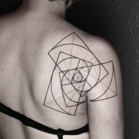 Женское тату в стиле геометрия на лопатке